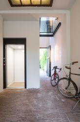 Zwarte lift met schuifdeuren, afwerking op maat door Verolift