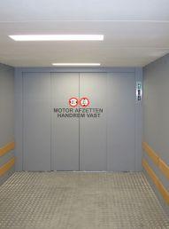 Interieur autolift met gesloten liftkooi en automatische schuifdeuren