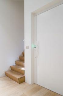 De strakke witte lift past perfect bij het houten interieur
