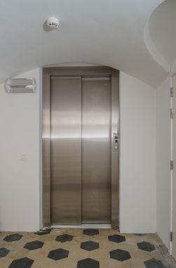 Lift met beperkte liftput en uitloophoogte