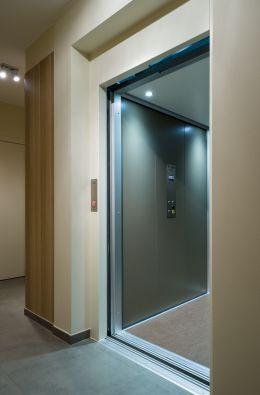 Huislift met automatische schuifdeuren