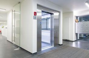 Strakke lift met automatische schuifdeuren door Verolift