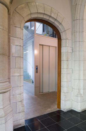 Lift toegankelijk voor rolstoelgebruik in stadhuis van Diskmuide