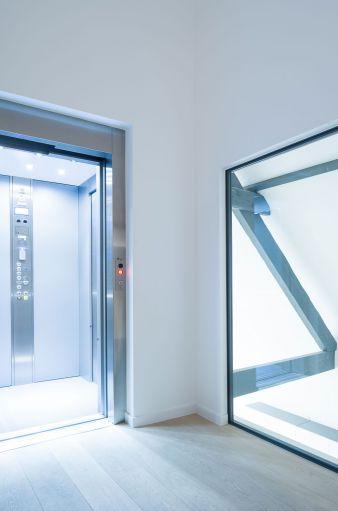 Hydraulische lift met schuifdeuren door Verolift