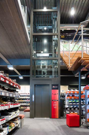 Lift met energiezuinige aandrijving in sportwinkel Foncé