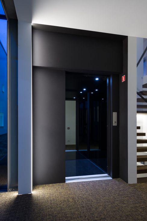 Zwarte lift op maat door Verolift en CAAN architecten