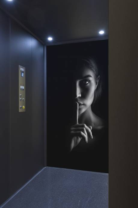 Unieke lift met met bedrukte kooiwand